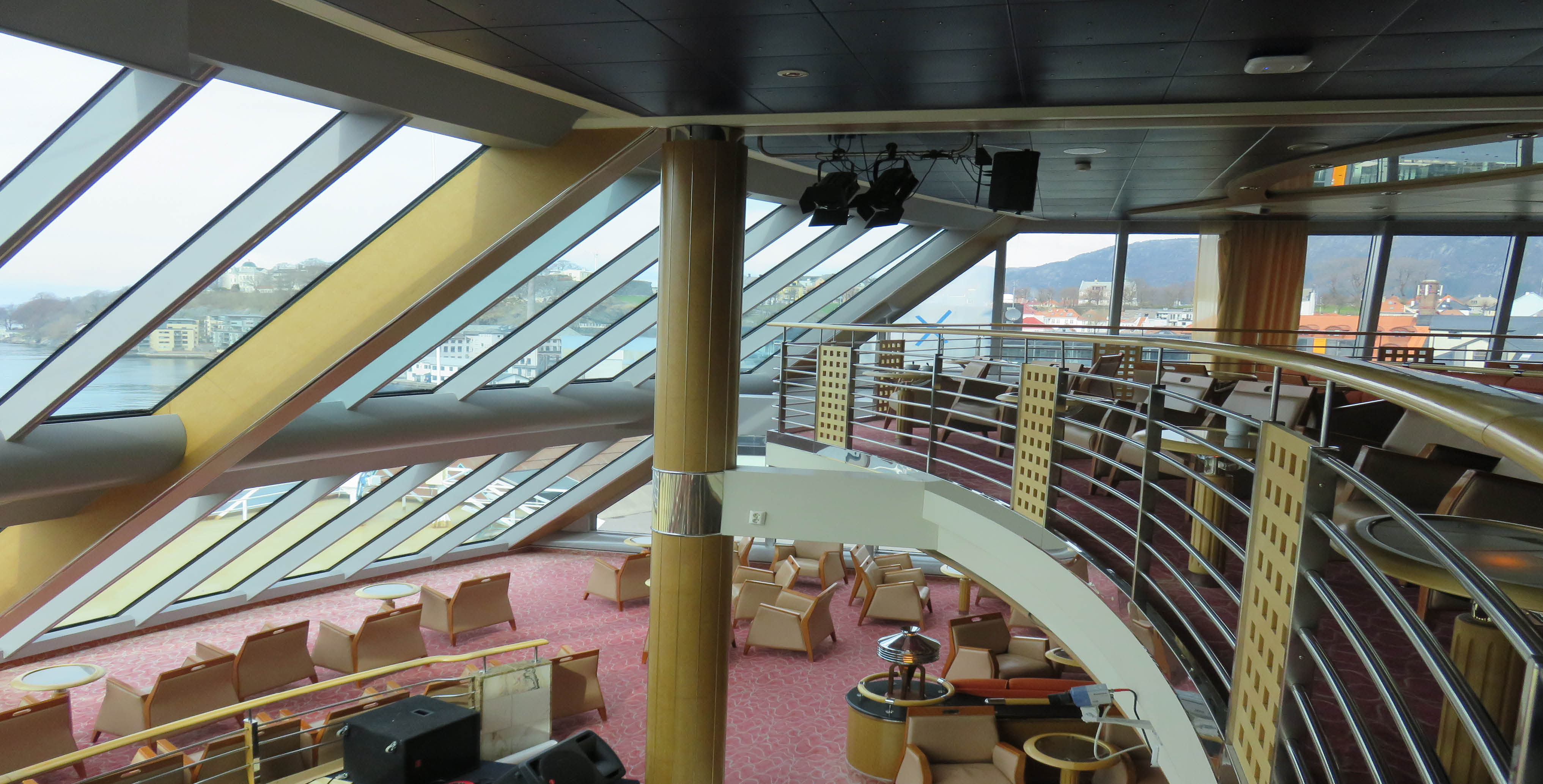 Midnatsol - Two-deck observatory lounge