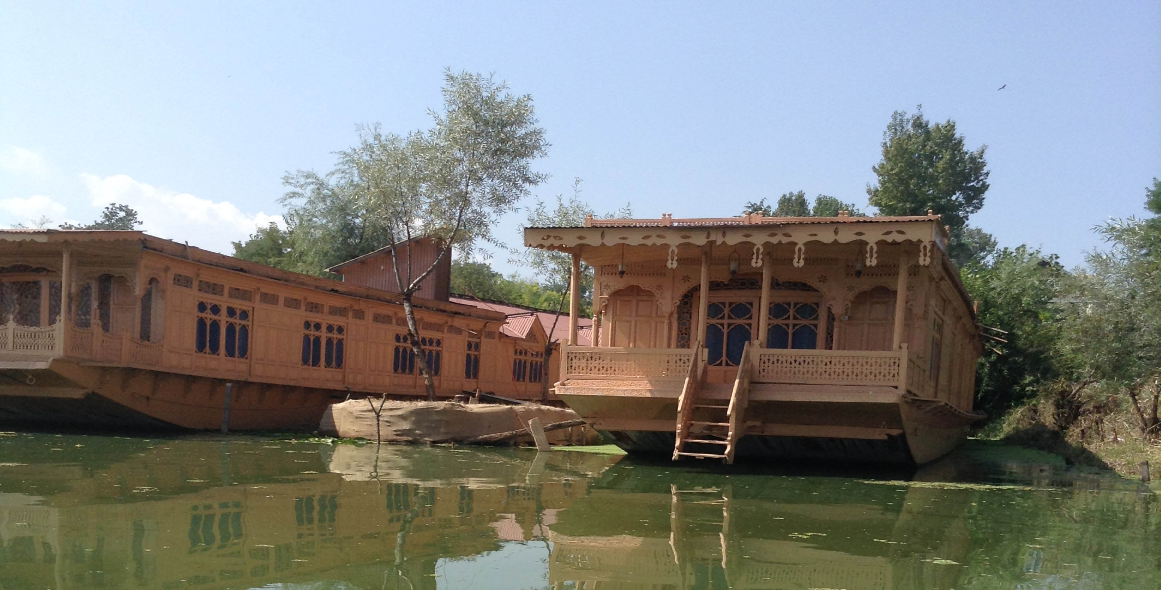 Houseboats on Lake Nagin - outside